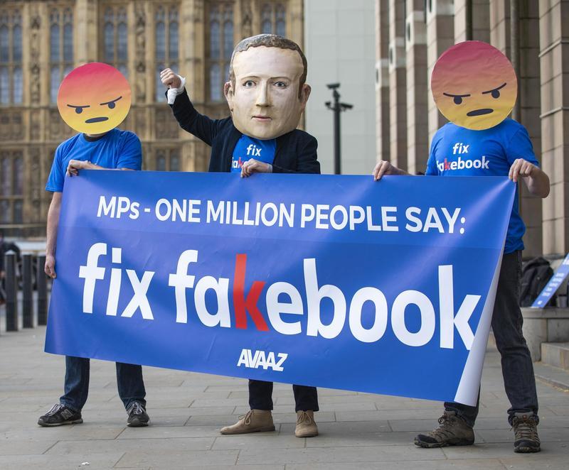 2018年4月26日,英國民眾發起抗議活動,呼籲國會對臉書假新聞加強規範。(東方IC)