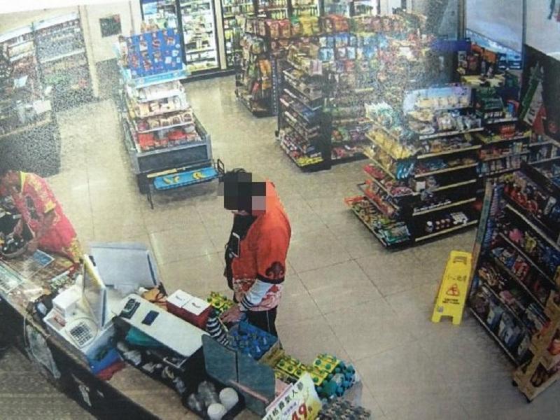 竊賊無能力買瑪莎拉蒂跑車,就到超市偷瑪莎拉蒂跑車模型,被警方查獲移送。(警方提供)