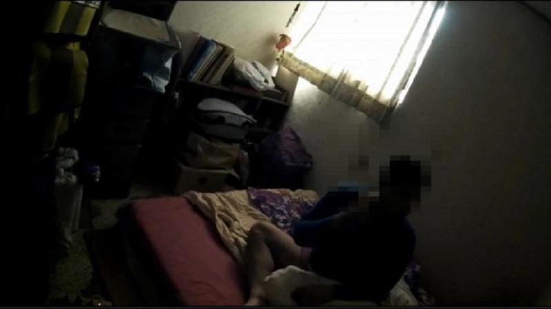 遭通緝的彭男窩在家中「啃老」,被逮時他還一臉睡眼惺忪,甚至傻傻詢問警方「可不可以明天再去報到?」(警方提供)
