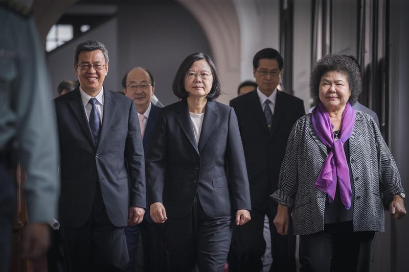 總統府祕書長陳菊(右)表示,如果總統讓她離開,她就會走。(總統府提供)