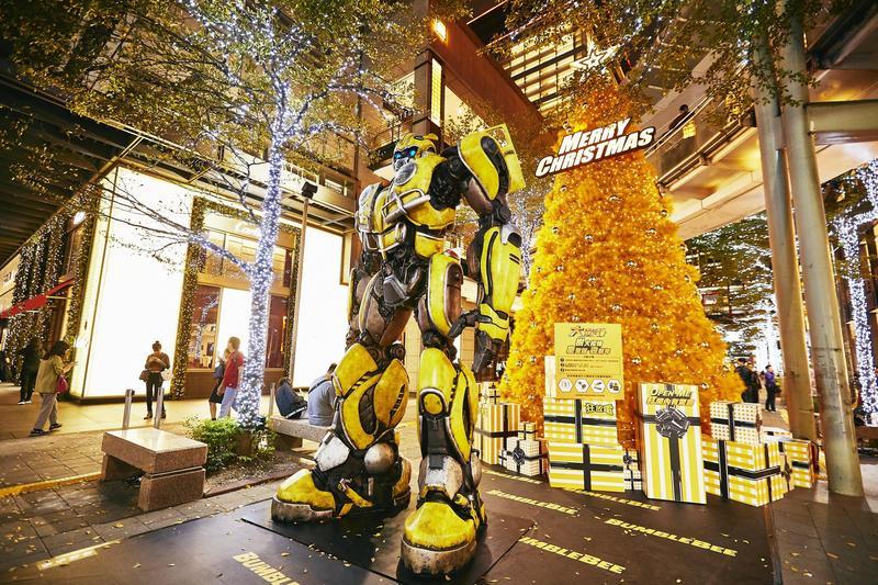 「大黃蜂:樹大招蜂」,除了有6公尺高黃色的聖誕樹,周圍還有大黃蜂跟地球人打招呼的神祕訊息。(UIP提供)