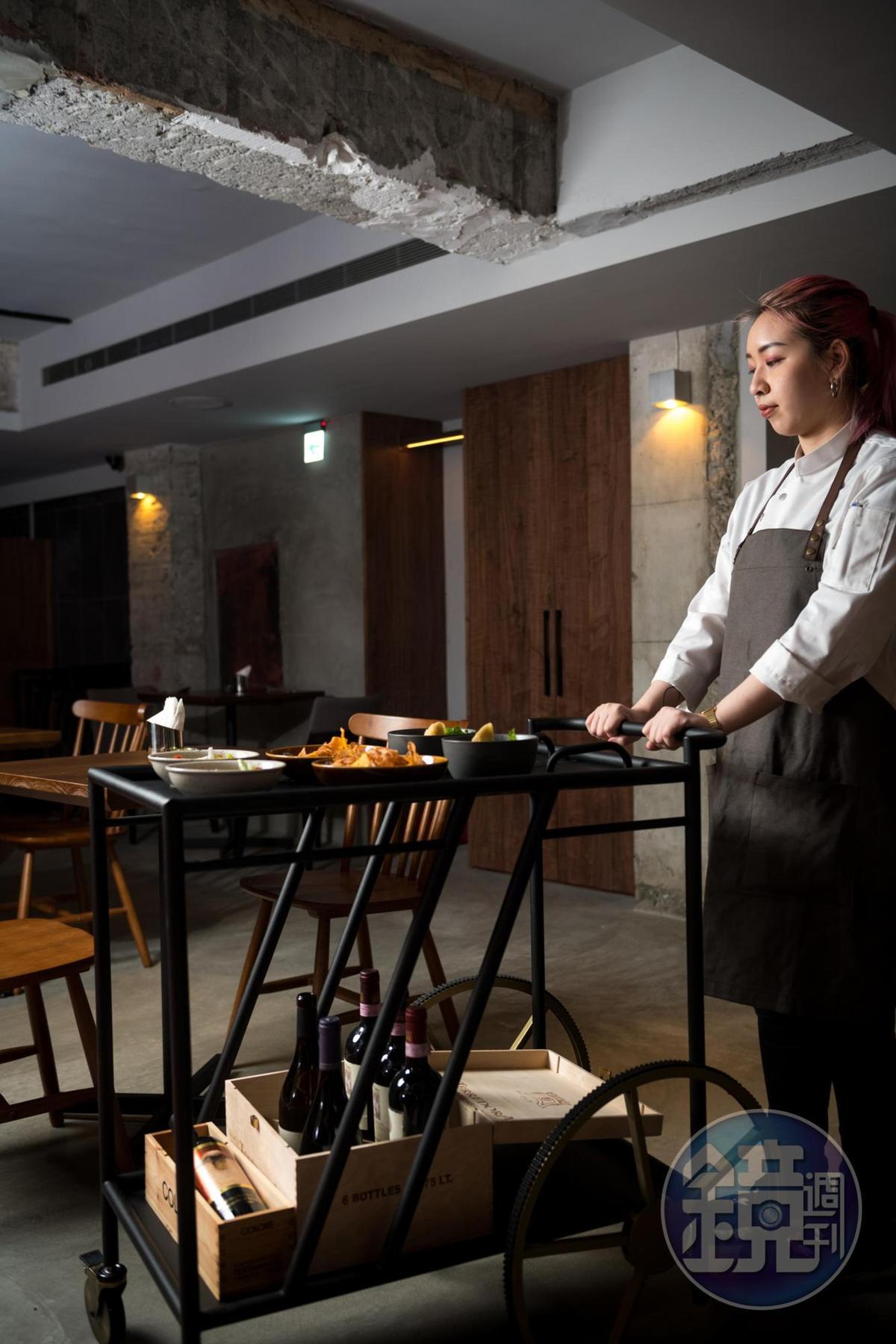 外場人員會推著每日小菜的推車穿梭餐廳,有如港式茶樓。