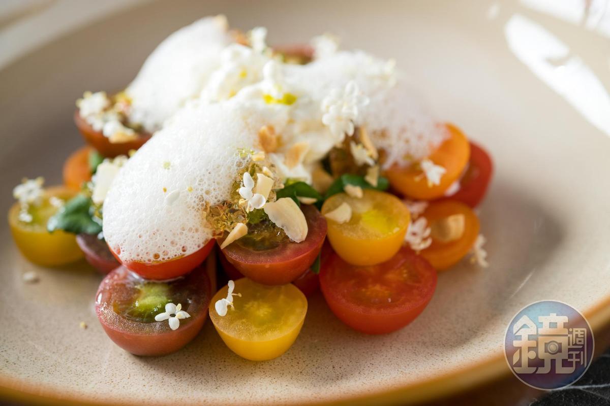 「卡布里」以「慢慢弄 乳酪坊」的絲綢乳酪搭配彩色番茄,點綴奔放花香的接骨木白酒凍。(260元/份)
