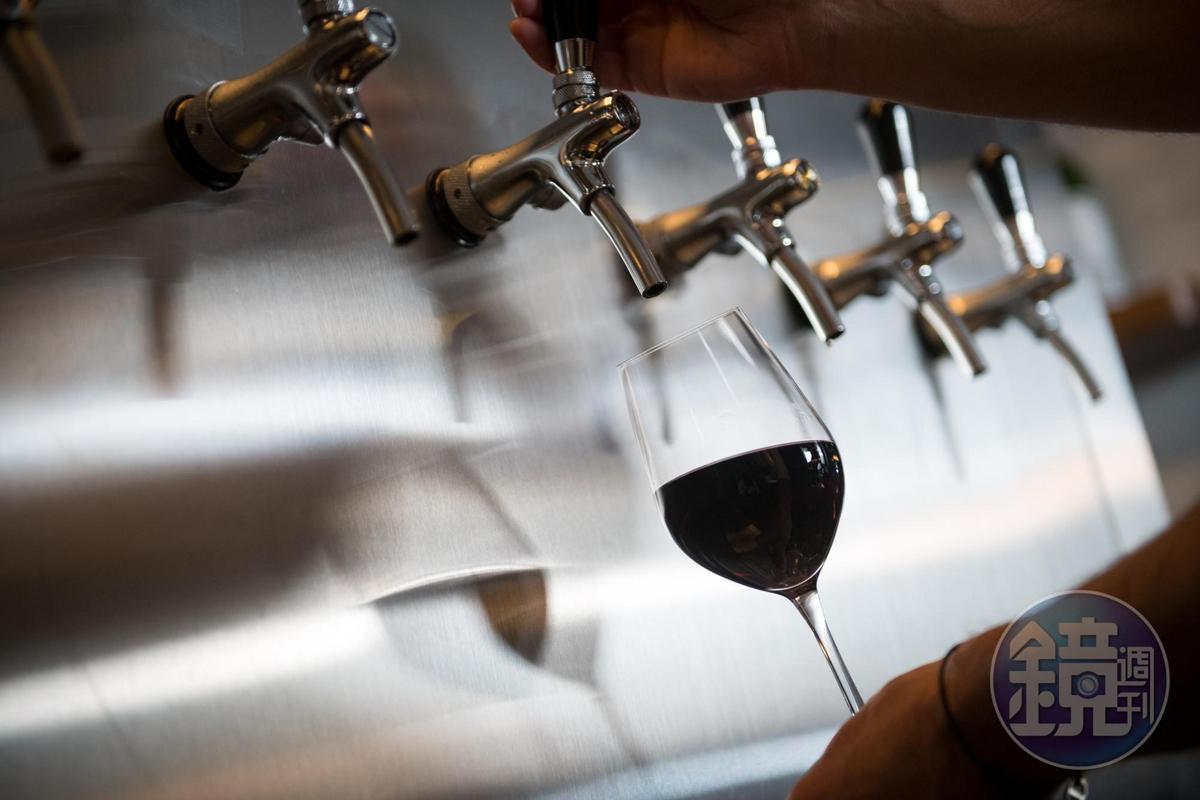 不只啤酒,Muzeo將紅、白、梅酒也納入汲飲(draft)系統,單杯飲酒更愜意。