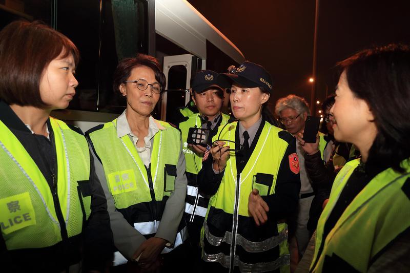 民意代表和官員昨日親上國道,體會國道警察辛苦後,終於推動危險津貼發放。(國道警察局提供)
