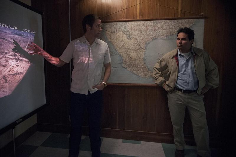 麥可潘納卸下搞笑面貌,在《毒梟:墨西哥》飾演美國緝毒組探員奇奇卡瑪瑞納。(Netflix提供)