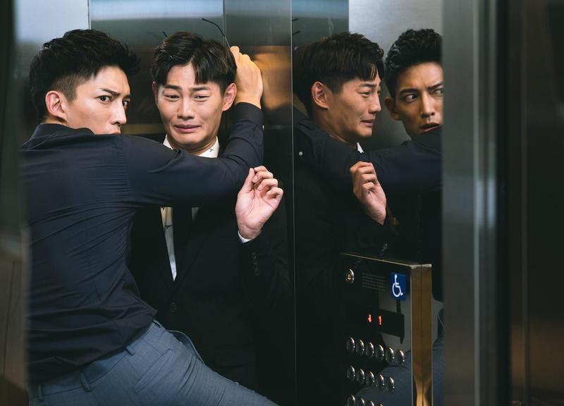 王家梁在電梯壁咚男祕書,模樣曖昧。(東森創作提供)