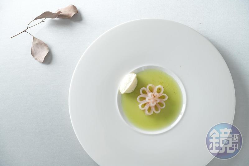 熟成48小時的鬼頭刀捲成魚花,躺在黃瓜與過山香做的凝凍上。(2,500元/人套餐內容)