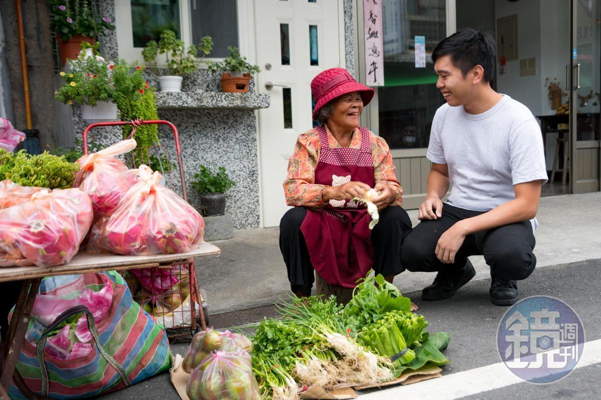 楊柏偉每天都到市場找Ina(部落媽媽)們聊天、買菜。