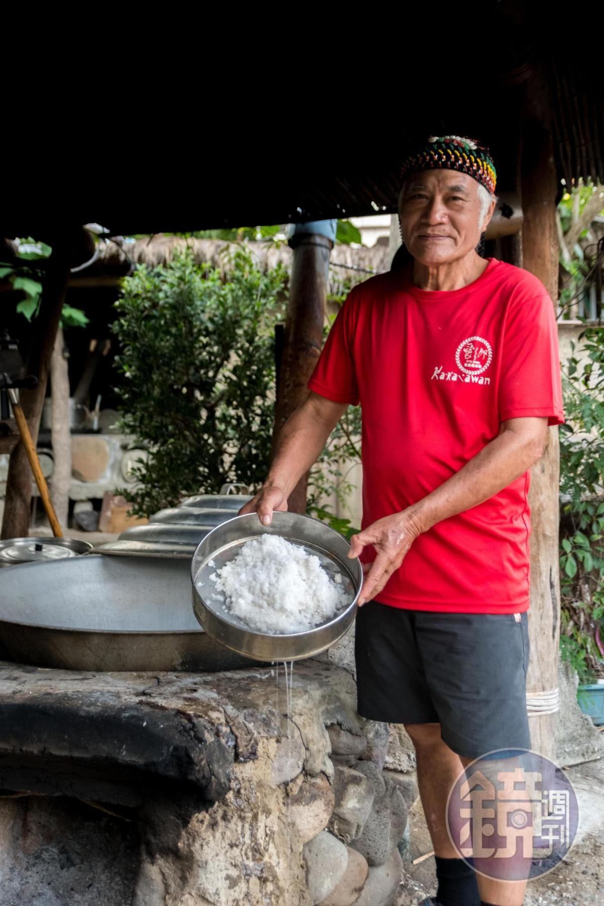「永福野店」的蔡班長以漂流木煮海鹽。
