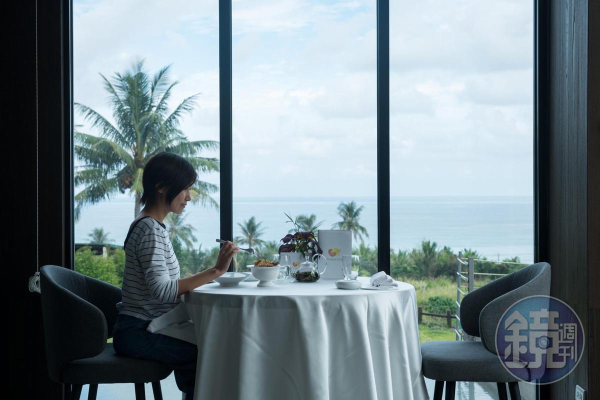 在Sinasera 24可一面眺望遼闊海天,一面享用精緻的法式料理。