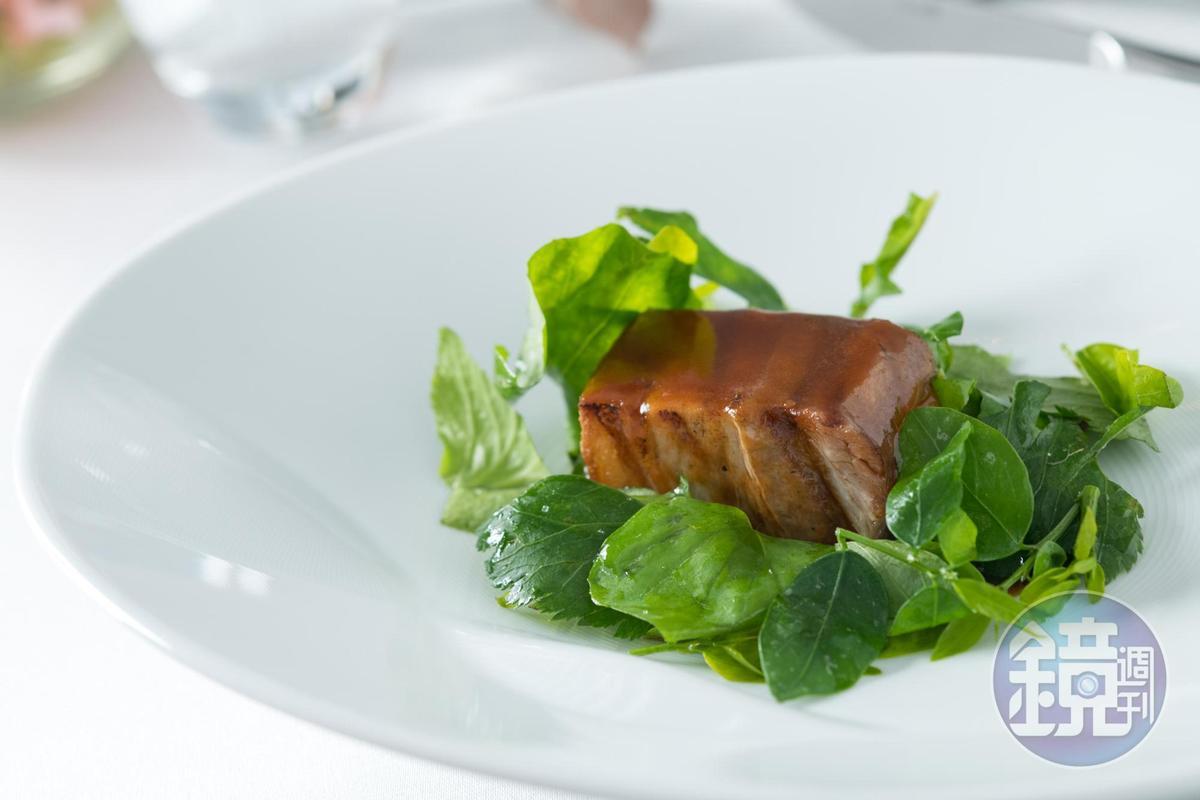 來自花蓮玉里蓮貞牧場的豬五花以番茄、刺蔥子慢燉2小時再碳烤,一旁搭配昭和草、紫背草與沙巴菜。(2,500元/人套餐內容)