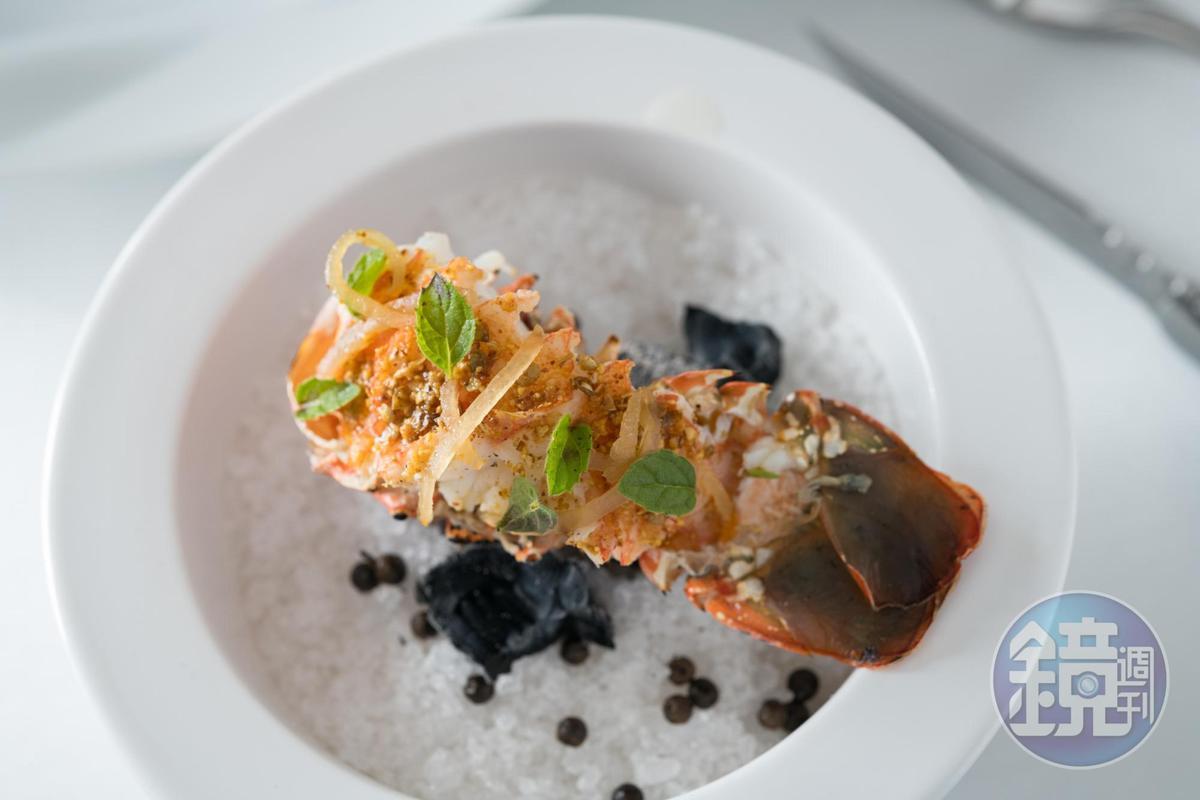 炭火直烤的水嫩錦繡龍蝦,以蝦腦濃縮成醬汁佐鹽漬檸檬與薄荷。(2,500元/人套餐內容)