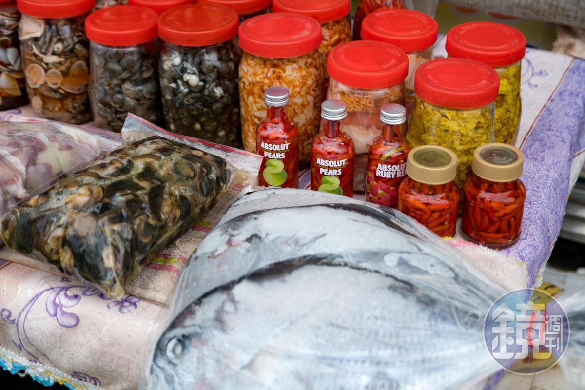每天早晨主廚都會去逛市場,當地媽媽會推來現採的野菜和腥臭到嚇人的神祕醃漬物。