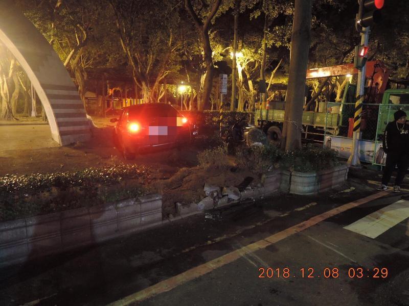 吳男不勝酒力,酒後將車開進公園。(警方提供)
