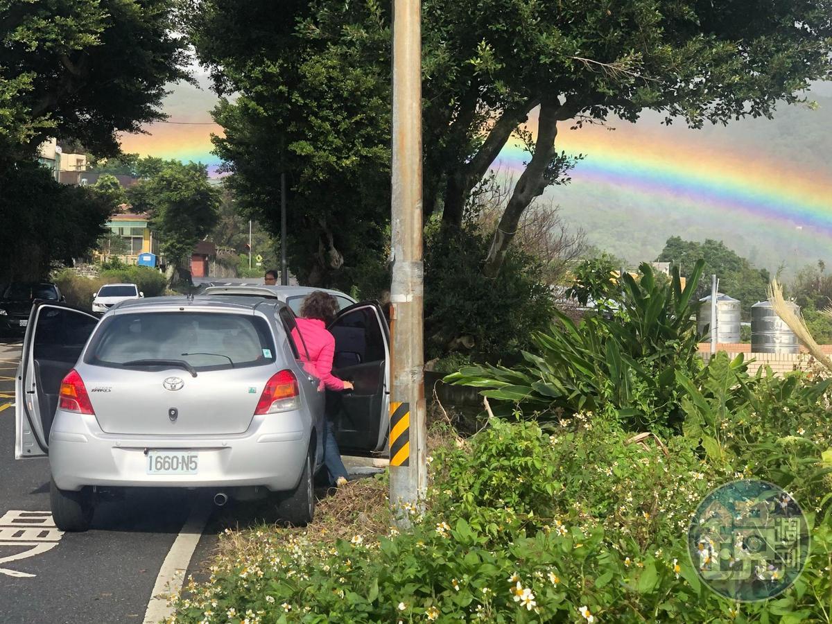 7、8道彩虹錯落在小山村中。