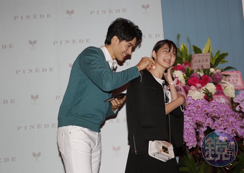 錦榮與現場粉絲互動大玩愛的抱抱跟壁咚,還在粉絲身上玩種草莓遊戲。