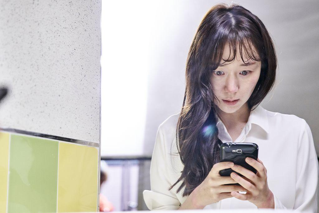 李宥英在《操控遊戲》記者會上吐露:「我還是很想念他(金柱赫)」。(車庫娛樂提供)