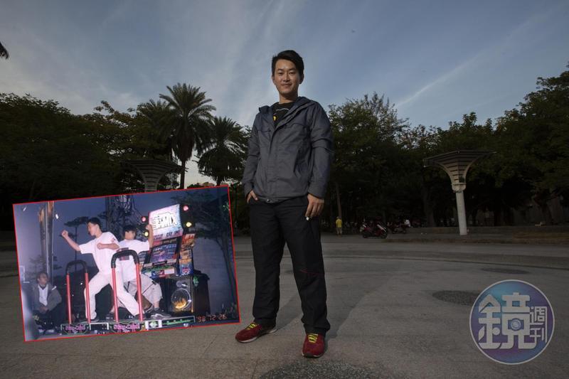 舊照是陳柏惟(前)國中時,參加全台跳舞機比賽奪得冠軍的紀念照。我們跟他到黨部附近的公園拍照,途中許多人主動跟他攀談、合照。