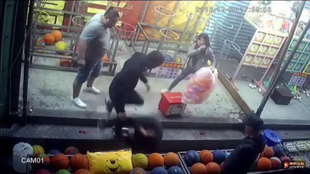 直到2名女攤商前來勸架,3人才撂狠話離開。(翻攝畫面)
