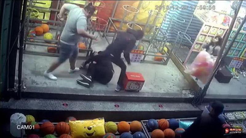 雙方一言不合,連男遭惡煞攻擊打倒在地。(翻攝畫面)