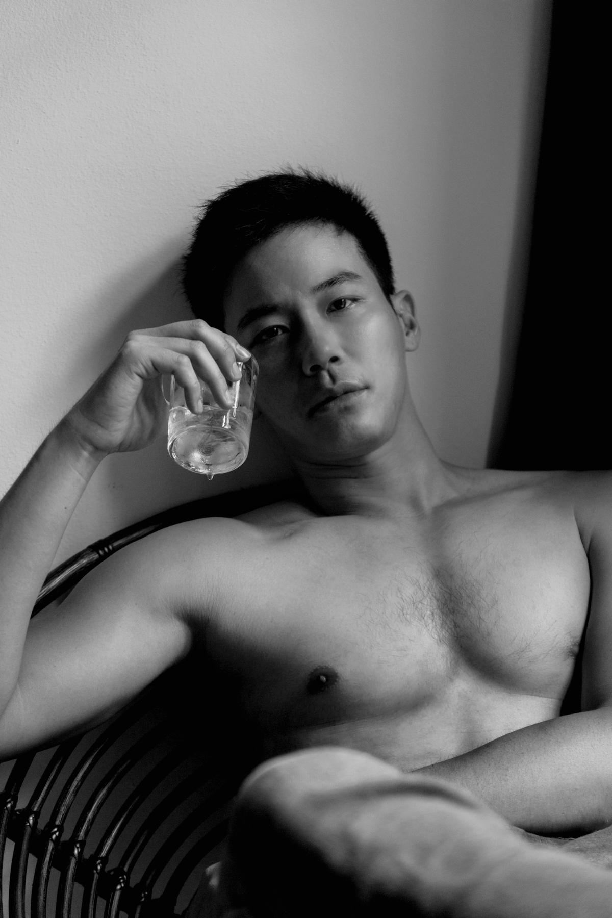 劉傑中胸肌發達,桌月曆頗有看頭。(艾迪昇提供)