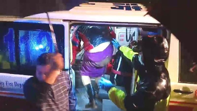 楊男被找到後,自行走上救護車。(翻攝畫面)
