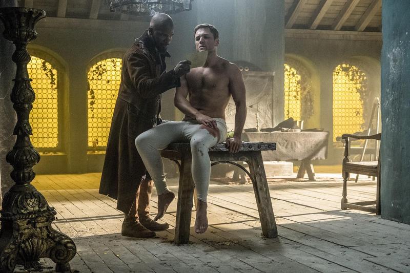 泰隆艾格頓為了飾演羅賓漢勤加健身,上半身全裸的他秀出厚實胸肌,抓人眼球。(CatchPlay提供)