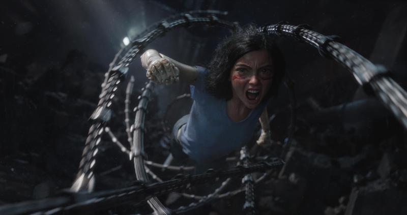 《艾莉塔:戰鬥天使》描述一個被修護重整的機械合成人,在致命威脅下,恢復了戰鬥能力與記憶,起而重建社會新秩序。(福斯提供)