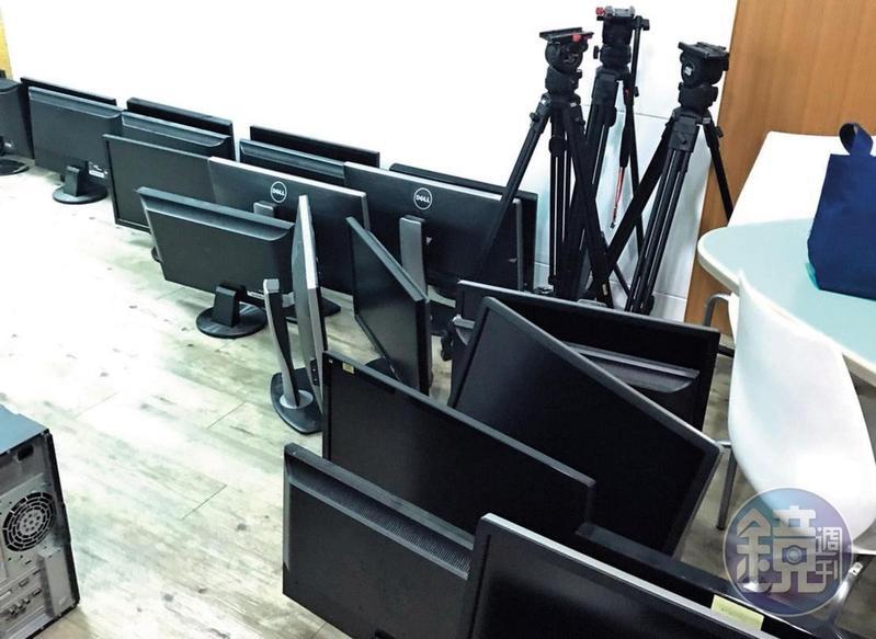 作為電視台核心設備的螢幕以及腳架,被查封後搬到庫房存放。(讀者提供)