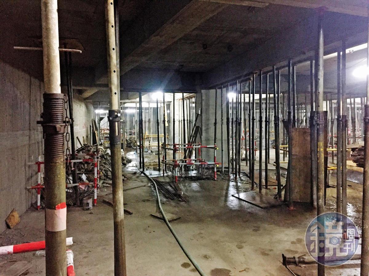 下包商透露瑞助使用的混凝土強度不足,地下二樓還使用設備回撐。(讀者提供)