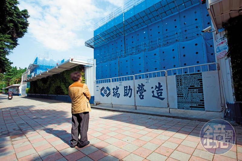 下包商阿慶站在明倫公宅前,怒控瑞助營造違法亂紀。