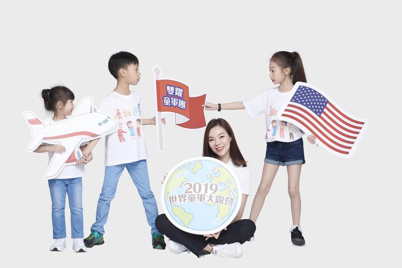 曾馨瑩女士首度帶著家中三個小孩一起入鏡拍攝公益宣傳照片,希望身教示範給三個孩子,鼓勵行動實踐參與公益。(永齡基金會提供)