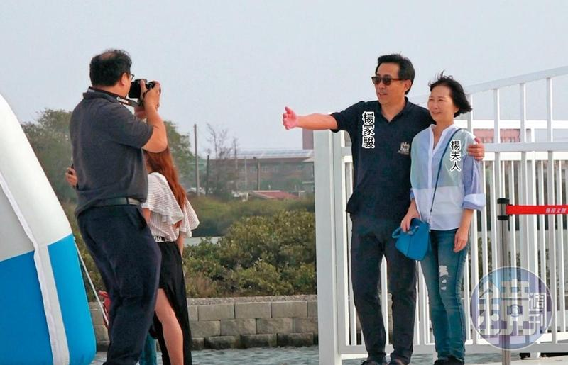 11/09 15:48 部屬當攝影 移民署長楊家駿11月帶太太到南部「出差兼旅遊」,夫妻倆在台南「北門水晶教堂」前合影,部屬成了他們的御用攝影師。