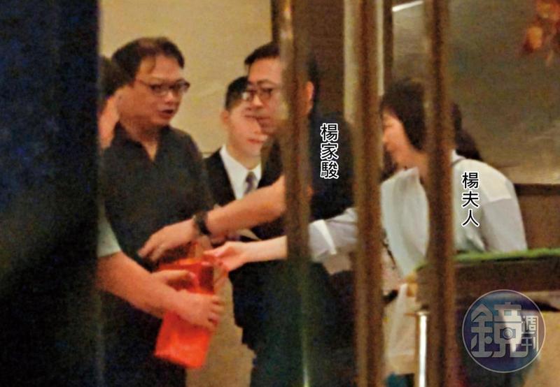 11/09 20:48回贈接待禮 楊家駿夫妻回下榻飯店休息前,特別送了禮盒給接待他們的部屬。