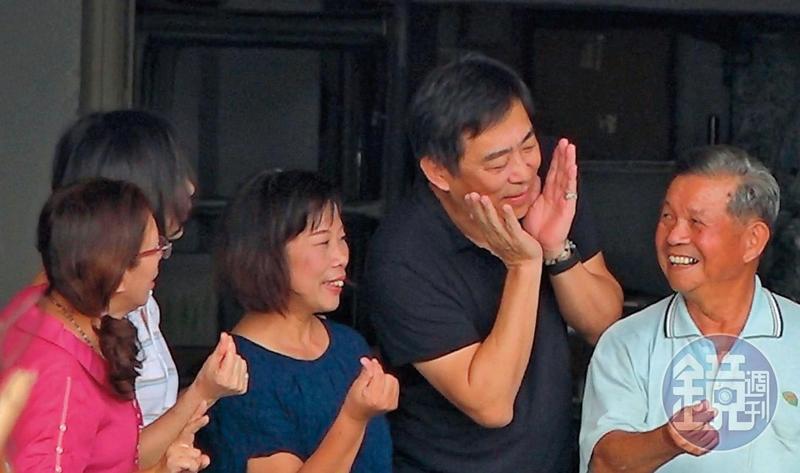 11/11 10:44指導擺姿勢 楊家駿(右2)參觀台南「芳榮米廠」時,還熱情教老闆擺姿勢拍照。
