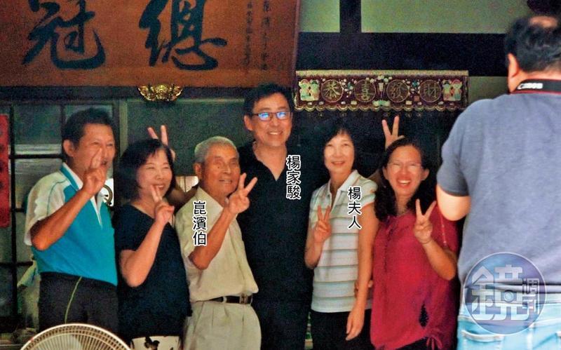 11/11 10:54 同框崑濱伯 楊家駿11月帶太太到台南後壁旅遊,順道拜訪電影《無米樂》的主角崑濱伯。