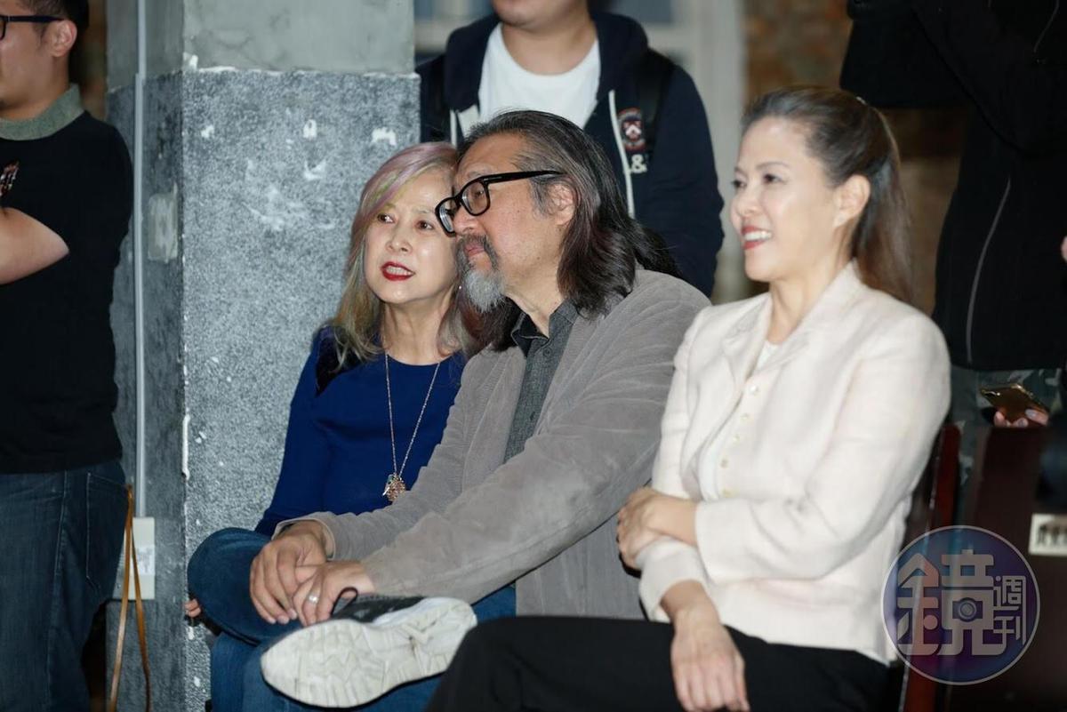 表演工作坊藝術總監賴聲川(中)與老婆丁乃竺(左)與導演丁乃箏現身記者會。