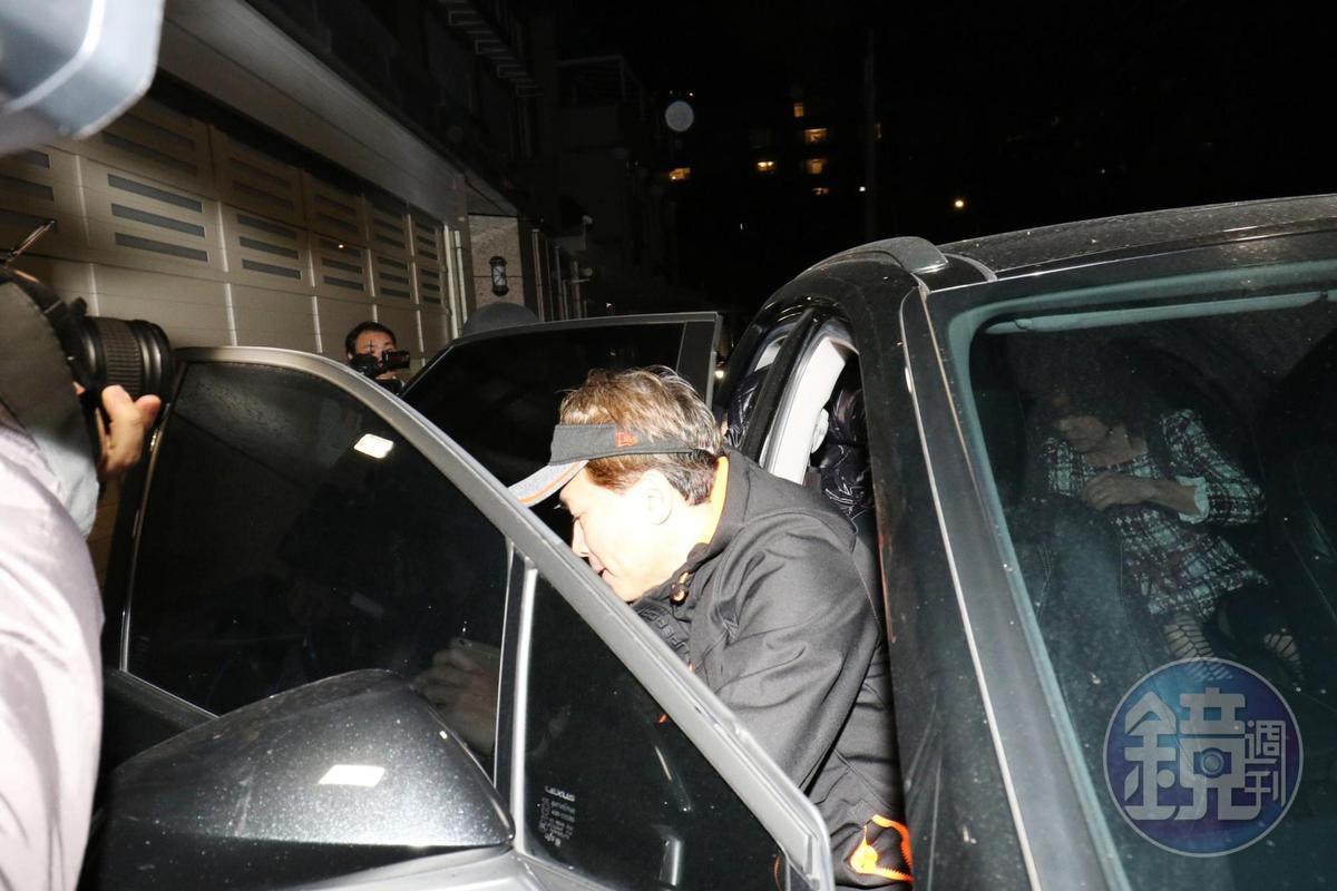 孫安佐下車後仍無發言,隨即進入家中。