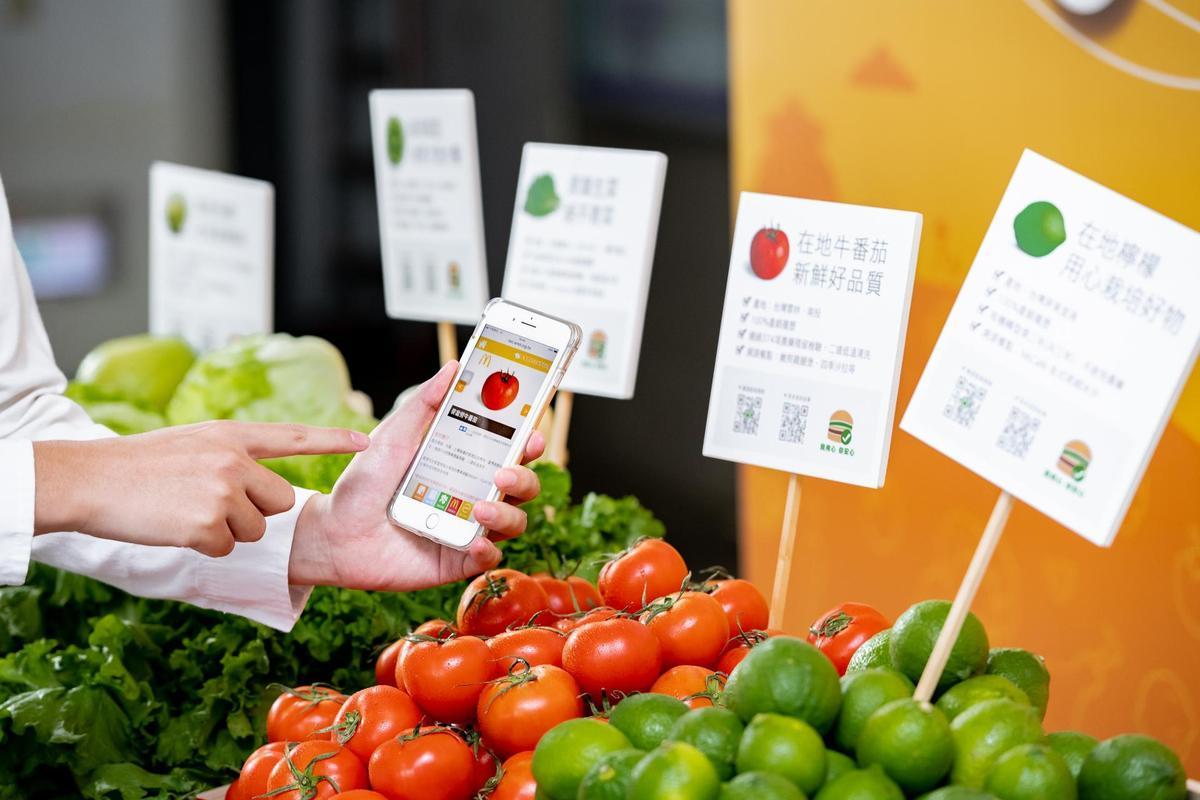 台灣麥當勞在活動現場也展示自家餐點的管理流程,並鼓勵大家掃描QR-code了解產銷履歷,期待消費者在享用美味餐點時能更安心。(麥當勞提供)