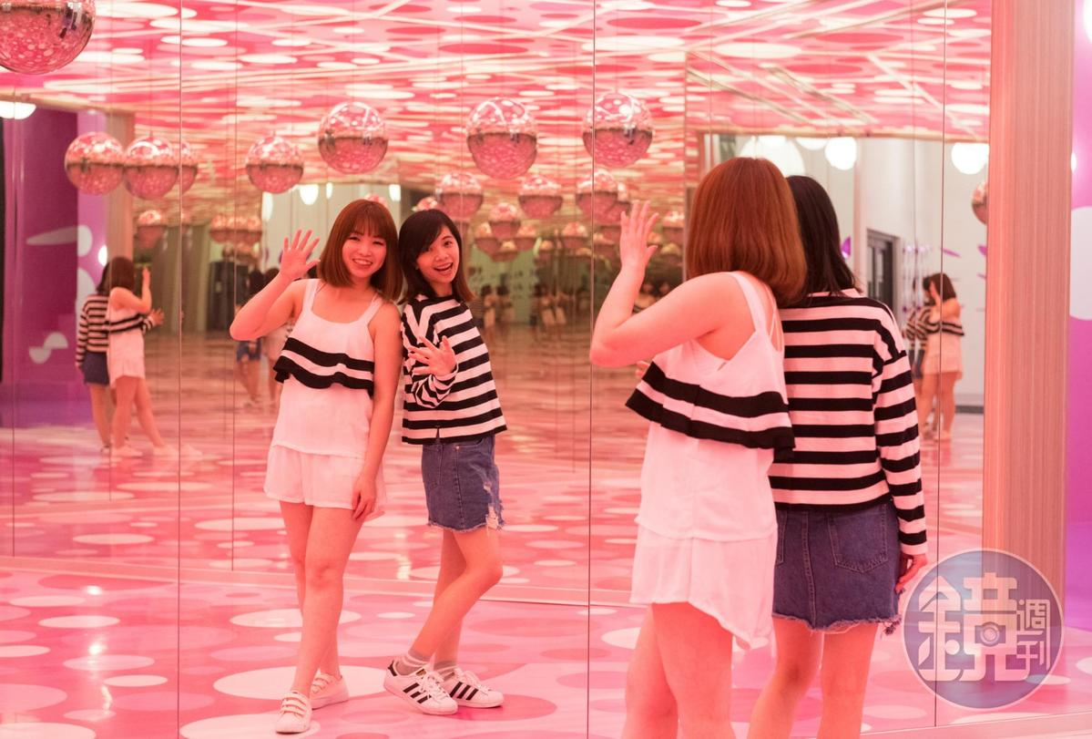 利用360度鏡面反射,創造出無限粉紅泡泡的虛實空間。