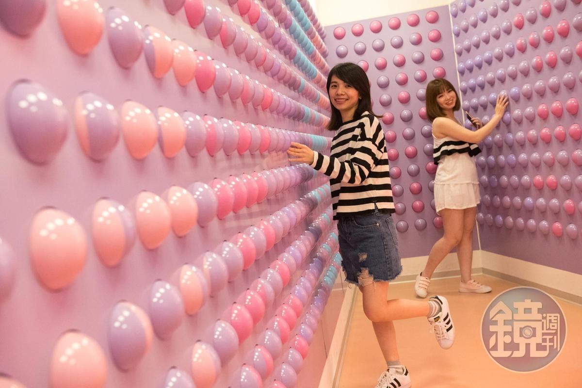 雙色球體牆,遊客們可以轉動球體、用顏色排出文字或圖案。