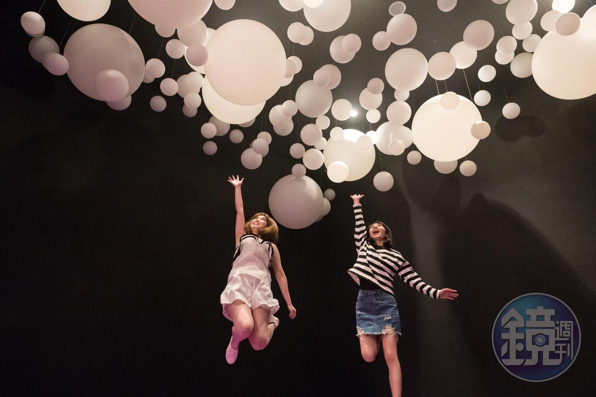 「迷走圈圈」入口處的漂浮泡泡,讓人不禁想跳躍一手抓住。
