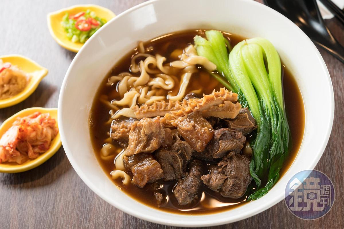 以牛肉、牛筋、牛肚三寶為主的「煙波牛肉麵」,大碗美味。(320元+10%服務費/份)