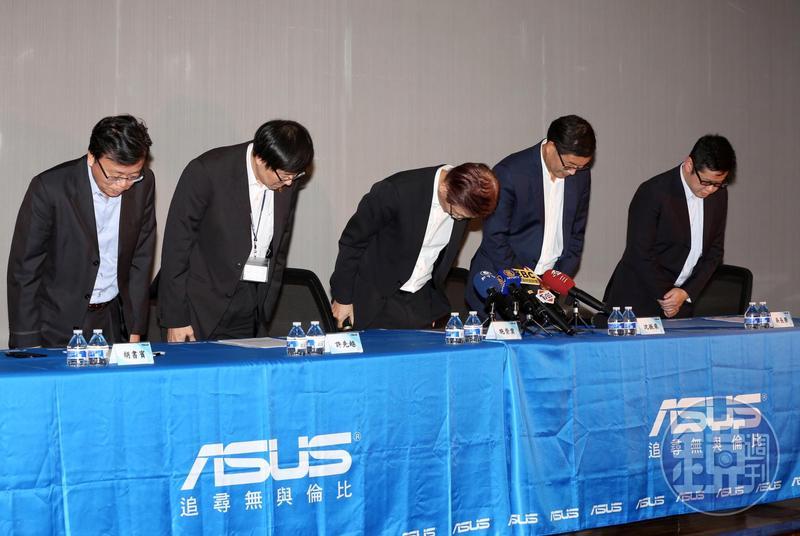過去兩年華碩陷入營運低潮,董事長施崇棠率領團隊向客戶、股東鞠躬道歉。