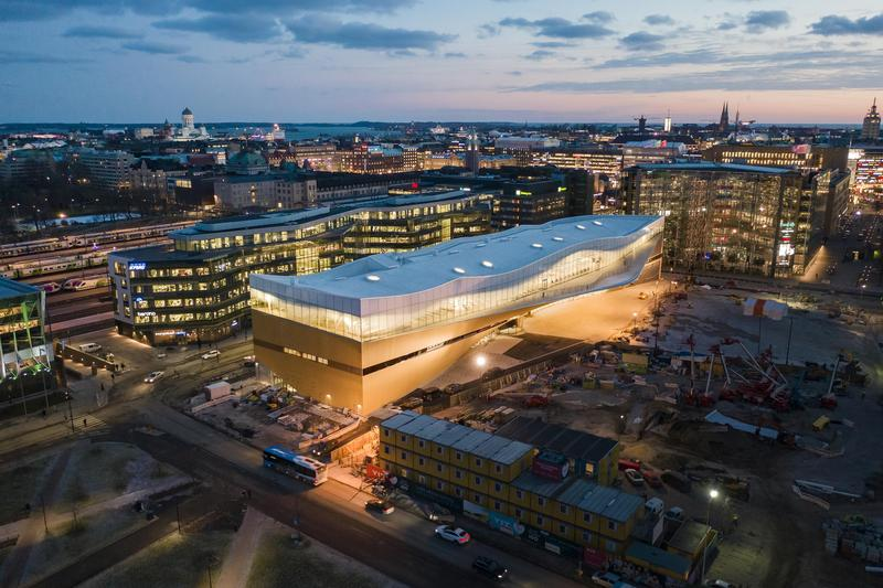名為「頌歌」的中央圖書館,是芬蘭籌畫20年的重要公共建設之一,官方特別選擇芬蘭獨立百年時落成,其建築美學也引起許多建築師讚嘆。(圖取自Oodi Helsinki)
