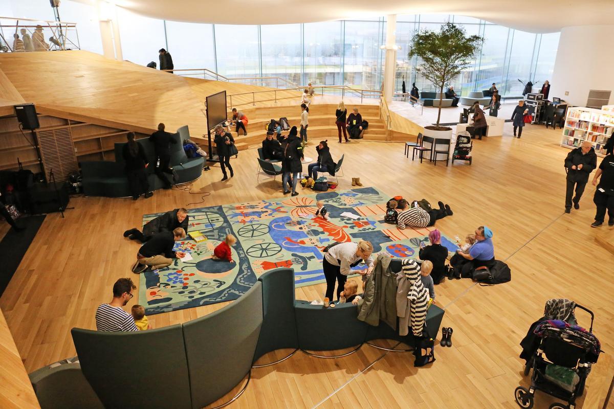 館內的開放空間,讓進到館內的市民及遊客都感到自在,小孩更不會受到約束,每個人都能在館內找到自己的小天地。(圖取自Oodi Helsinki)