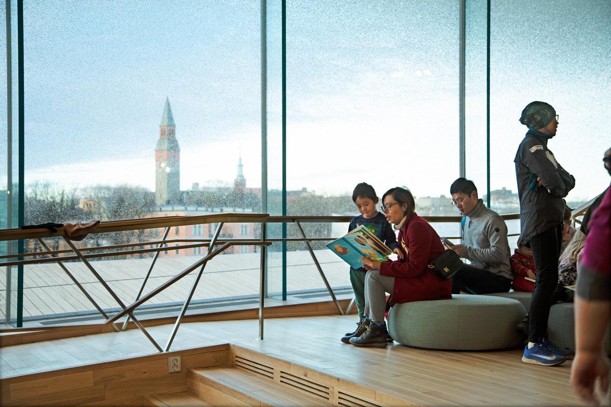 玻璃帷幕是中央圖書館的主要特色之一,以未來主義形式打造的圖書館,更設有自機器人,是全球首座使用自動裝置的圖書館。(圖取自Oodi Helsinki)