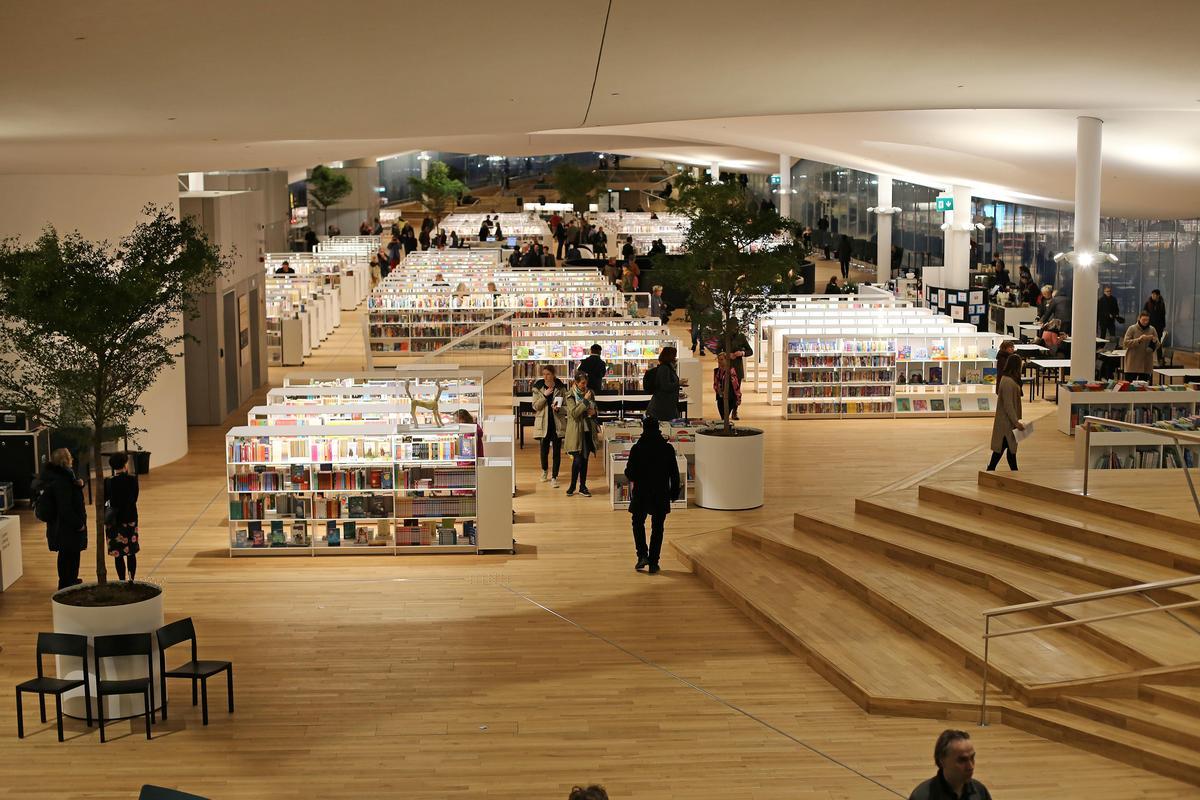 中央圖書館的建築師希望,讓這座圖書館成為一坐在室內的市民廣場。(圖取自Oodi Helsinki)