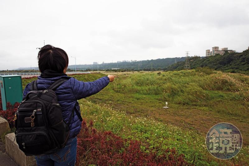 賴小姐指著汙水廠預定地說,裡面覆蓋的有毒垃圾達32萬立方米。
